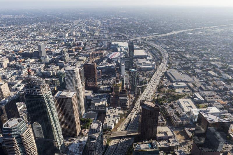 Torri e Harbor Freeway del centro aerei di Los Angeles immagine stock libera da diritti