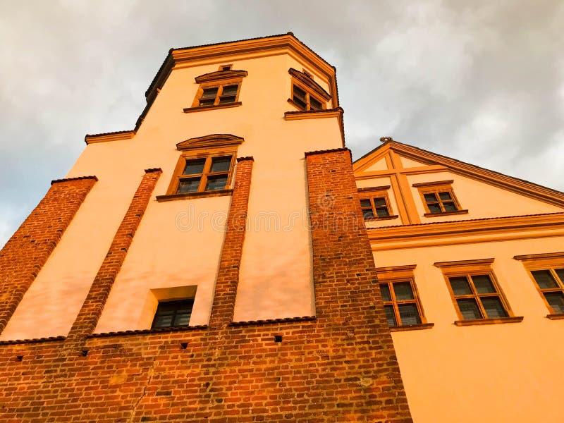 Torri e spiers di vecchio bello castello antico dell'alta pietra medievale contro un cielo blu fotografia stock
