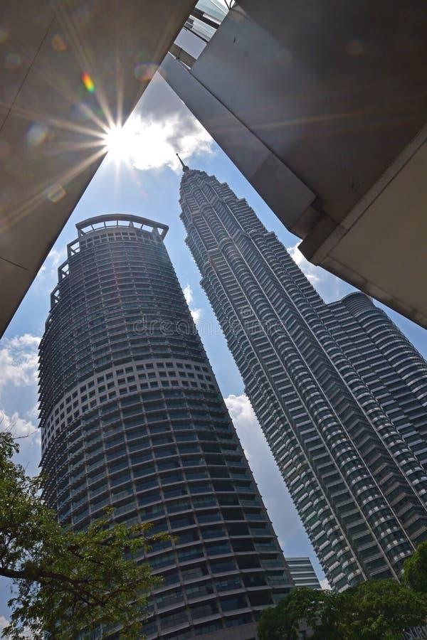 Torri gemelle di KLCC Petronas e torre di Maxis immagini stock libere da diritti