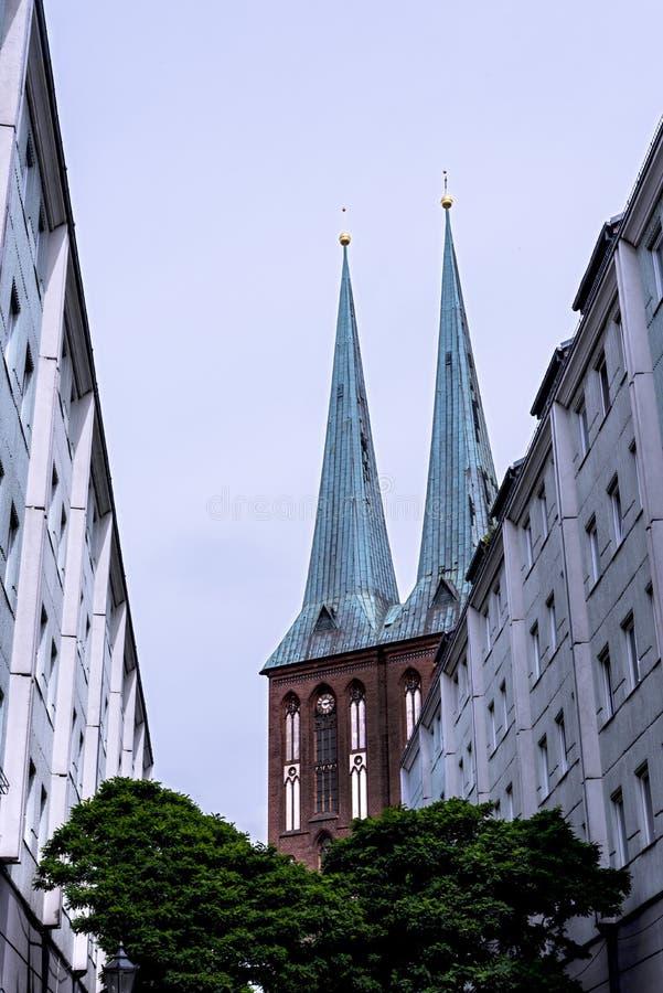 Torri gemelle di Nikolai Kirche sulla baldoria del fiume in Berlin Germany immagini stock