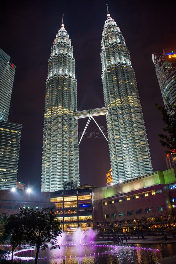 Torri gemelle di Petronas alla notte immagini stock libere da diritti