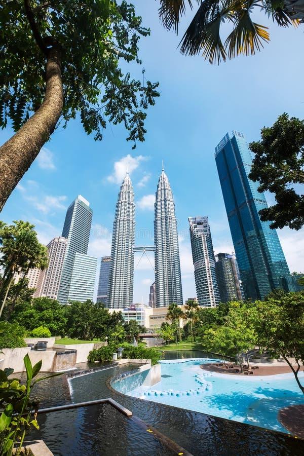 Torri gemelle di Petronas catturate dal parco di KLCC un parco urbano nel centro urbano fotografia stock