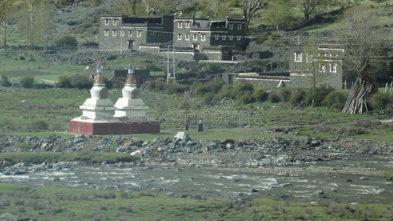 Torri tibetane di culto e del villaggio immagine stock