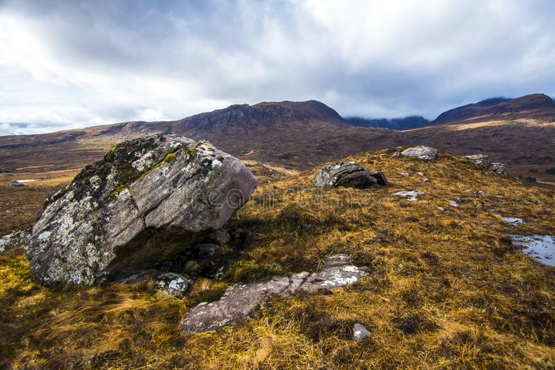 Torridonian sanstonekeien in korstmossen en mossen worden behandeld - Loch Lurgainn in de Hooglanden van Schotland dat royalty-vrije stock afbeeldingen
