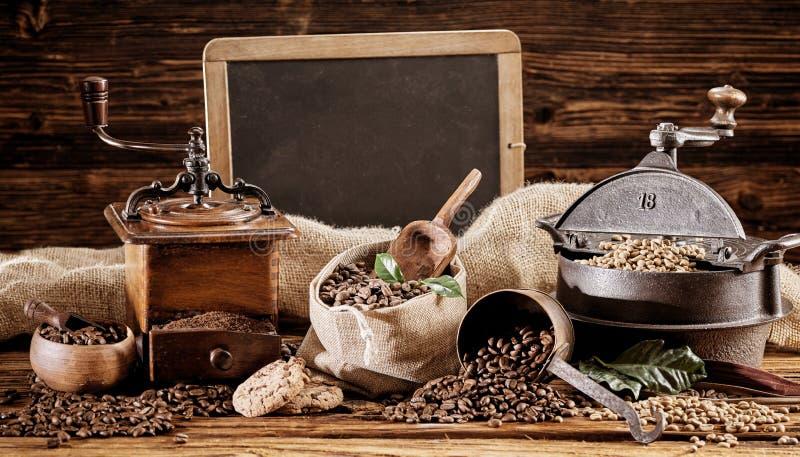 Torrificador e moedor de café do vintage com feijões fotografia de stock