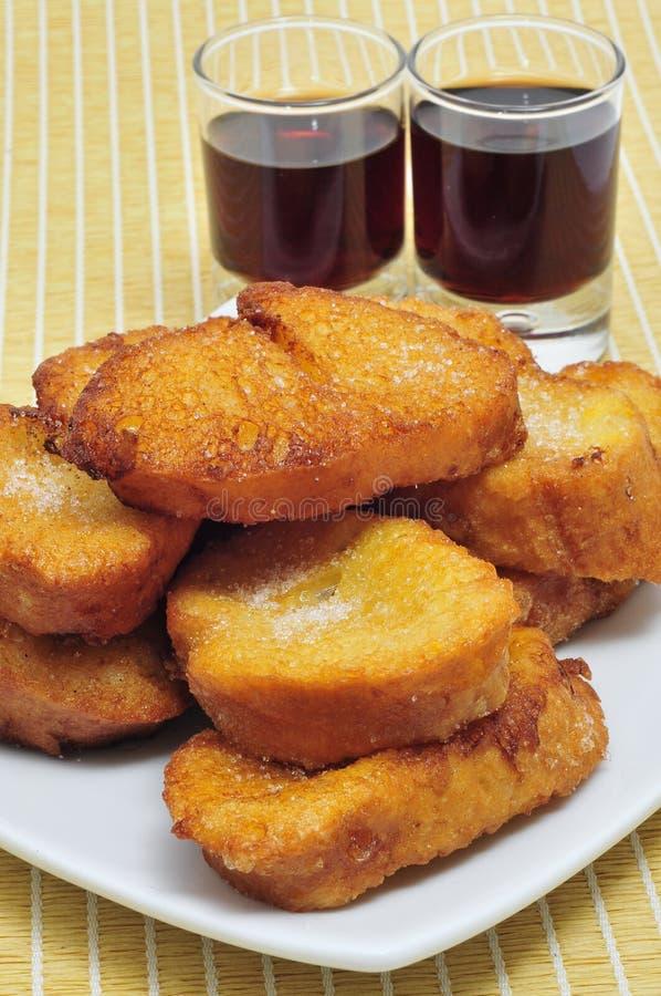 Torrijas, doce espanhol emprestado típico, e moscatel foto de stock