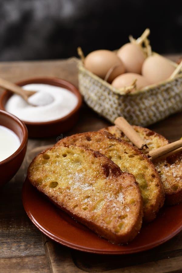 Torrijas, sobremesa espanhola típica para Lent e Easter fotos de stock