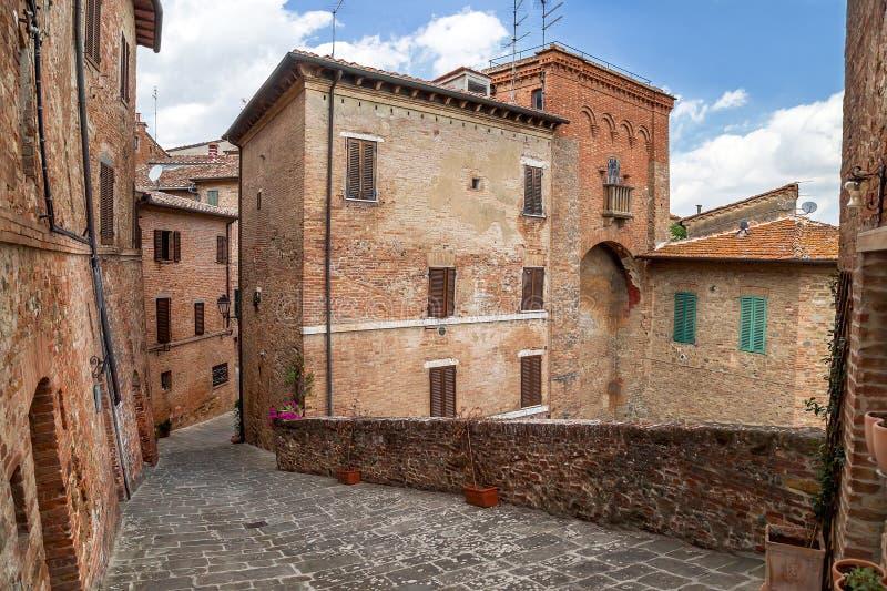 Torrita, Włochy †'Lipiec 22, 2017: Stara typowa wąska ulica w włoskim antycznym miasteczku Torrita obrazy royalty free