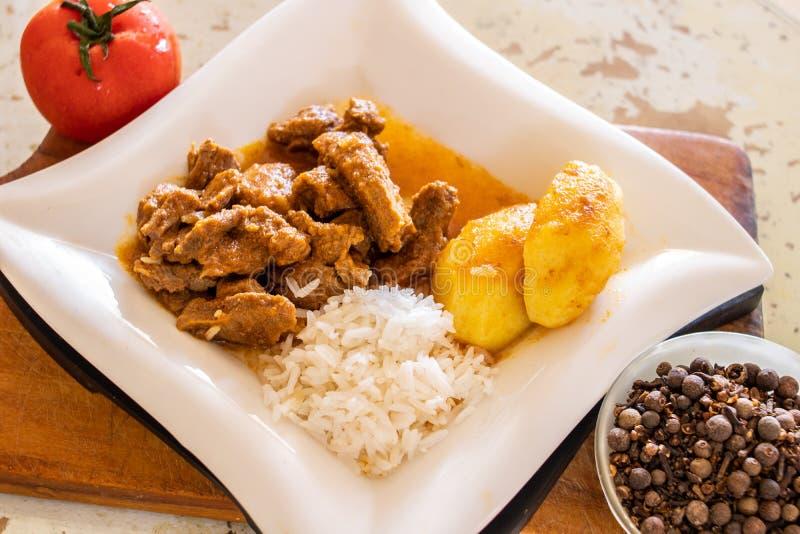 Torrt kött med potatisar och ris arkivfoton