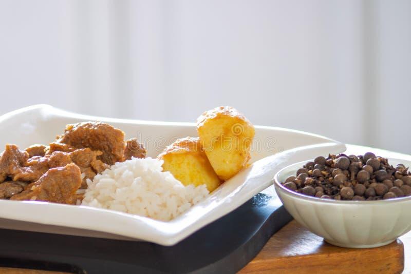 Torrt kött med potatisar och ris arkivbilder