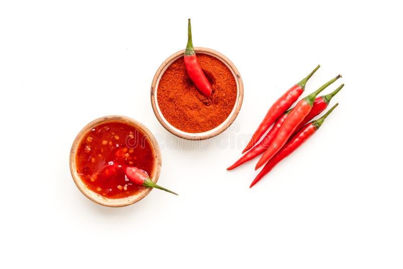 Torrt pulver och ny peppar för röd chili som matingrediensen på bästa sikt för vit tabellbakgrund arkivfoto