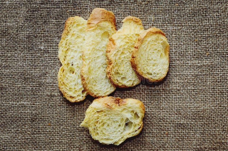 Torrt vitt bröd på tabellen arkivbild