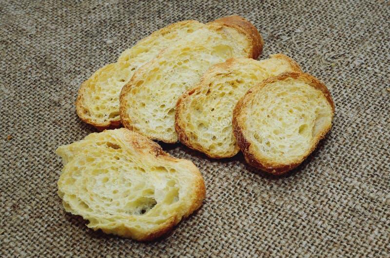 Torrt vitt bröd på tabellen royaltyfria foton