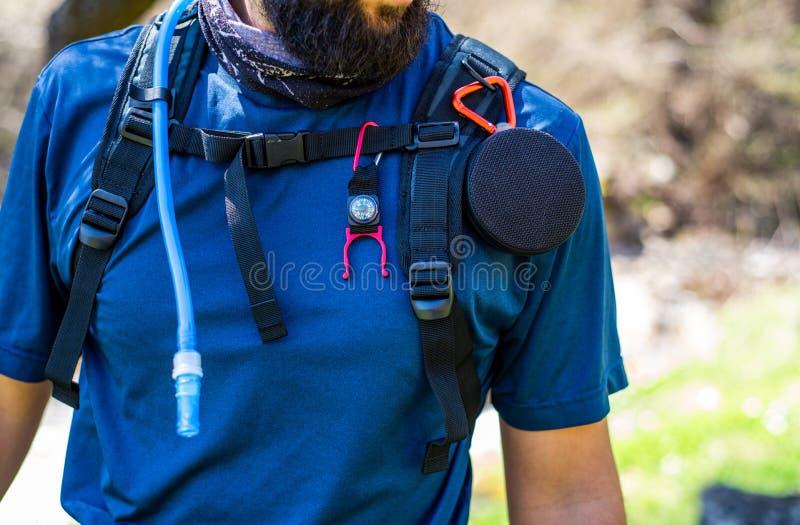 Torse de randonneur équipé avec le haut-parleur, boussole et conduite d'eau photographie stock