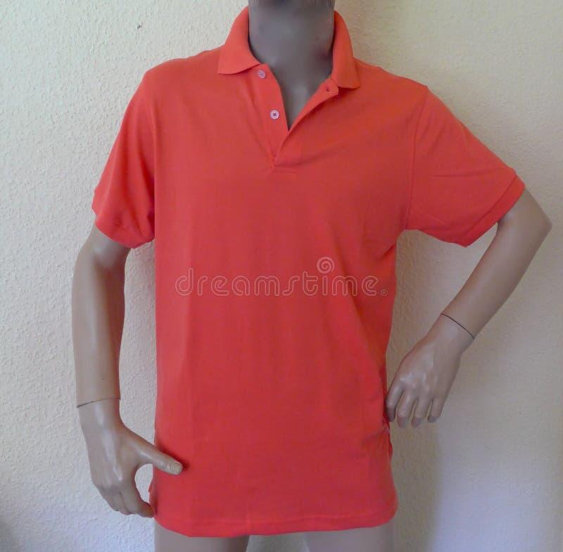 Torse masculin, mannequin, sans tête, avec le polo rouge photos libres de droits