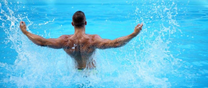 Torse masculin parfait sur le fond de l'eau bleue L'eau des Maldives ou du Miami Beach Homme bel ayant l'amusement dans l'été jeu photographie stock