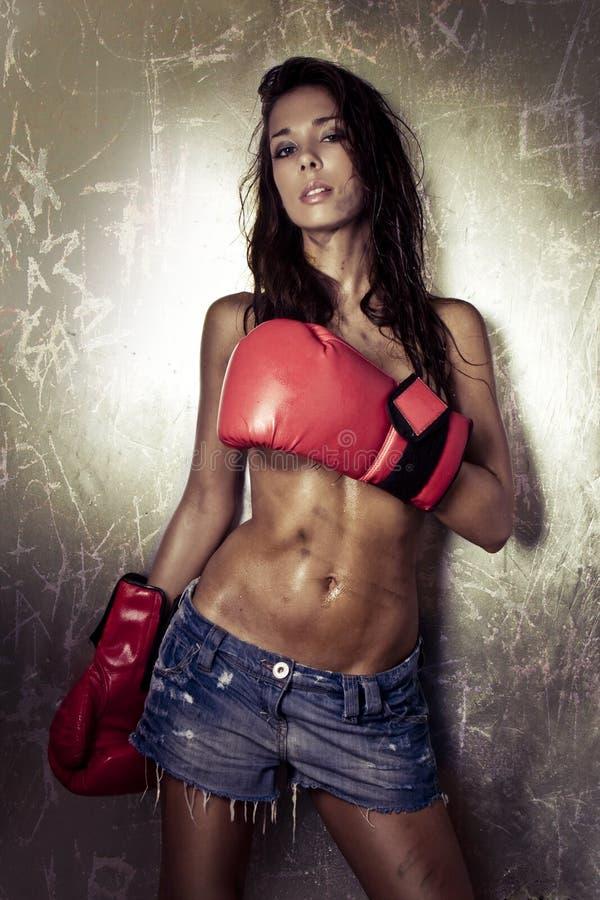 torse nu femelle de boxeur en jeans et gants de boxe photos libres de droits