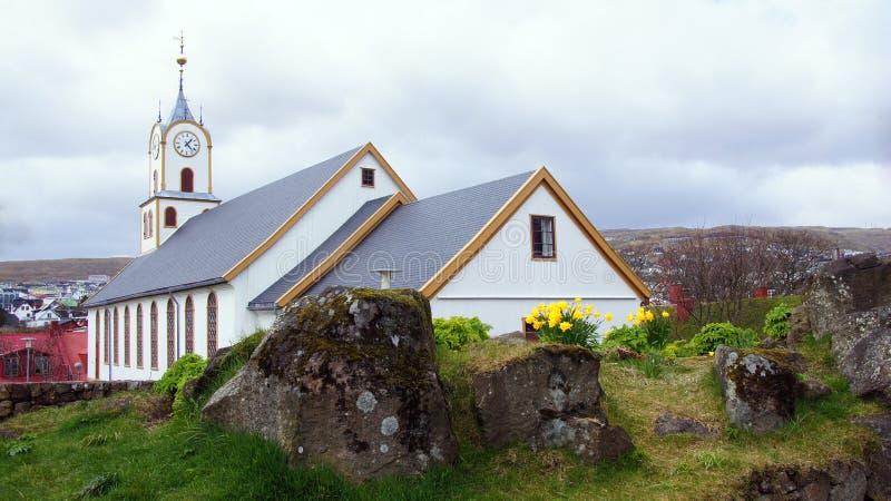 Torshavn witte kerk op de Faeröer stock afbeeldingen