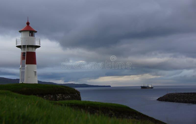 Torshavnvuurtoren en schip op de Faeröer stock foto