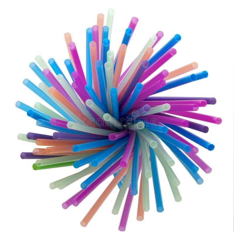 Torsione delle cannucce curve colourful su fondo bianco come voti del parlamento di UE vietare la plastica monouso immagine stock libera da diritti