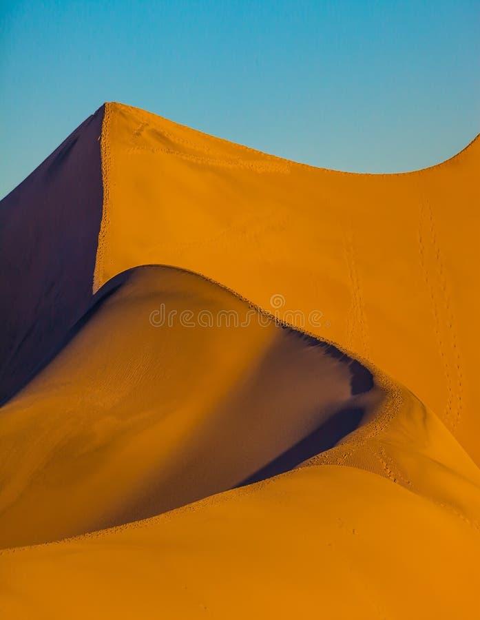 Torsioni bizzarre delle dune di sabbia arancio fotografie stock libere da diritti