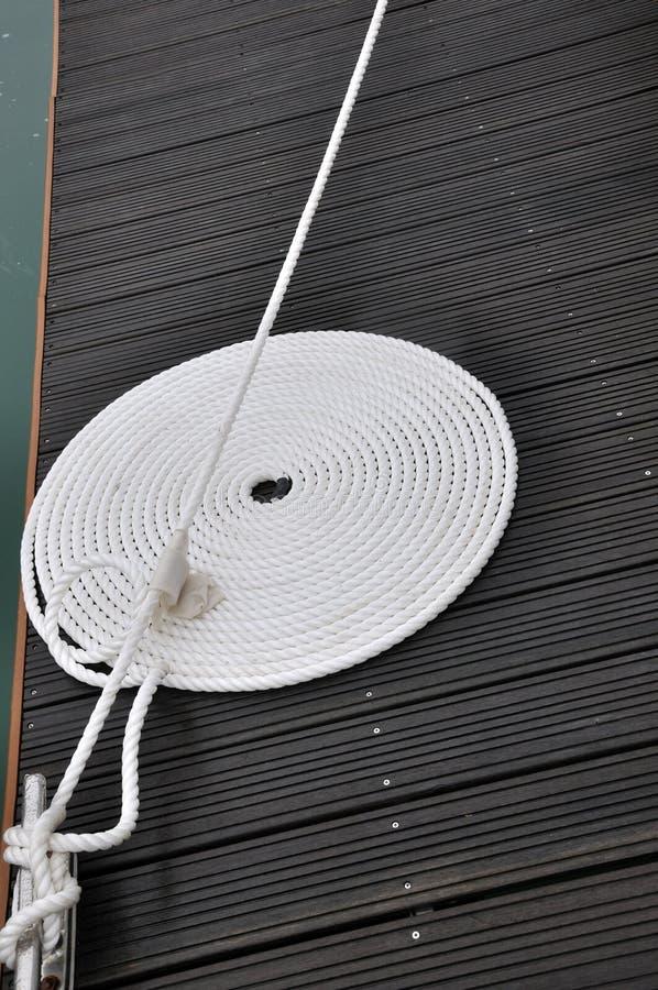 Torsionseil Des Bootes Auf Dockvorstand Lizenzfreie Stockfotografie