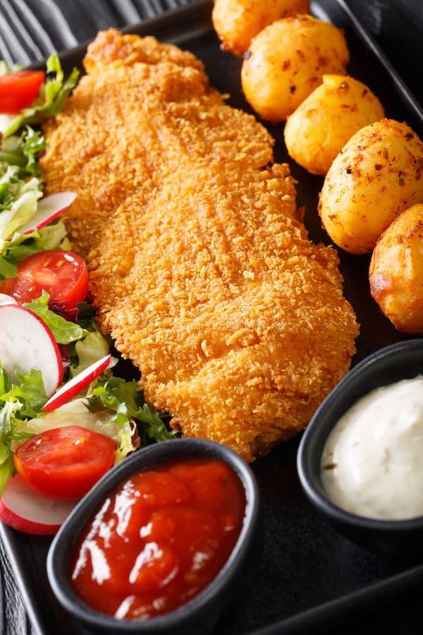 Torskfil?, i att panera med unga potatisar och salladn?rbild f?r ny gr?nsak p? en platta vertikalt royaltyfria foton