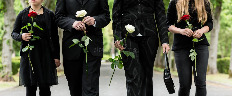 Torso da família no cemitério que lamenta imagem de stock