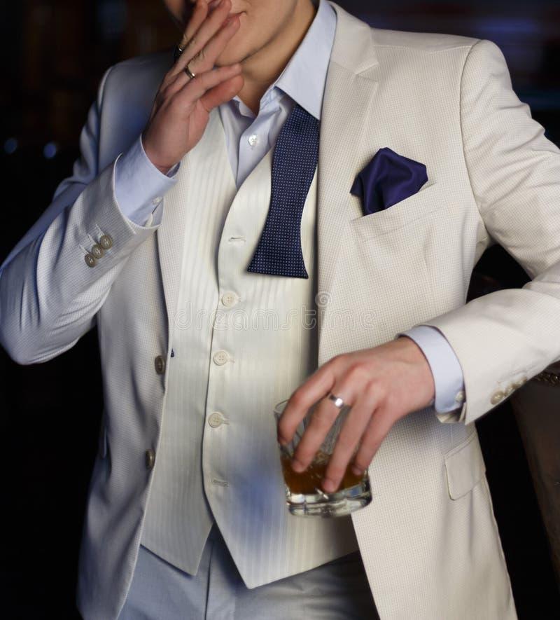 Torso de un hombre en un traje blanco imágenes de archivo libres de regalías