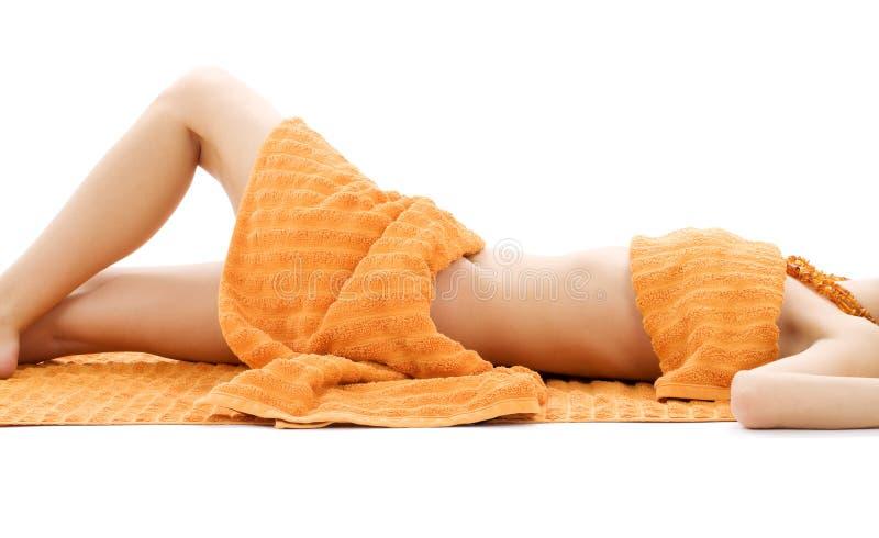Torso der entspannten Dame mit orange Tüchern stockfotografie
