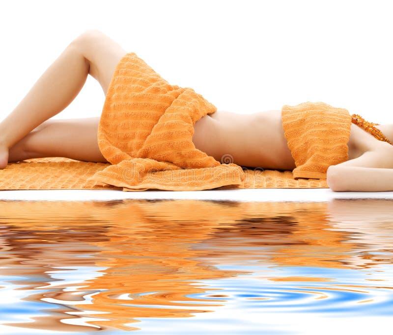 Torso der entspannten Dame mit orange Tüchern lizenzfreie stockbilder