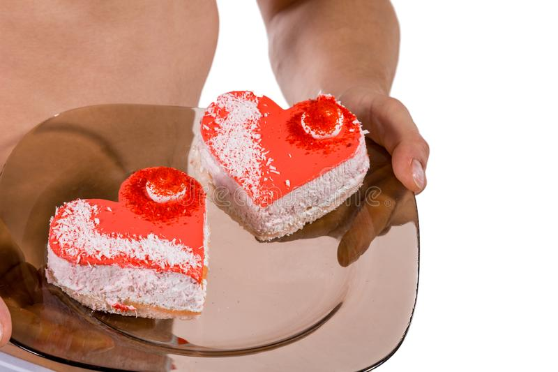 Torso des jungen hübschen Kerls mit zwei Herz-förmigen Kuchen auf einer Platte Sexy Porträt des romantischen Mannes mit Valentins lizenzfreie stockfotos