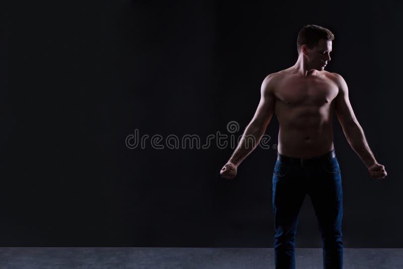 Torso despido da exibição modelo masculina considerável da aptidão, corpo muscular Mãos, caixa e músculos e bíceps fortes do ombr foto de stock royalty free