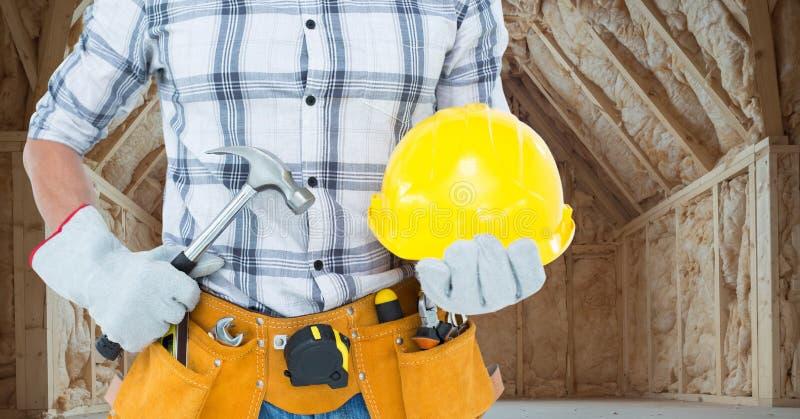 Torso do carpinteiro com o martelo no terreno de construção foto de stock royalty free