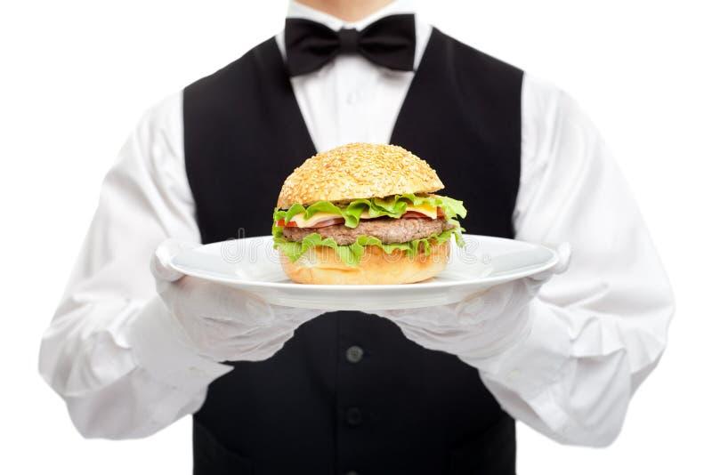 Torso do garçom com o Hamburger na placa imagem de stock royalty free