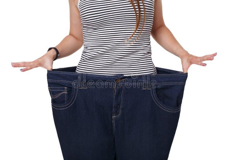 Torso irreconhecível da mulher, mostrando resultados da dieta isolado no branco imagem de stock