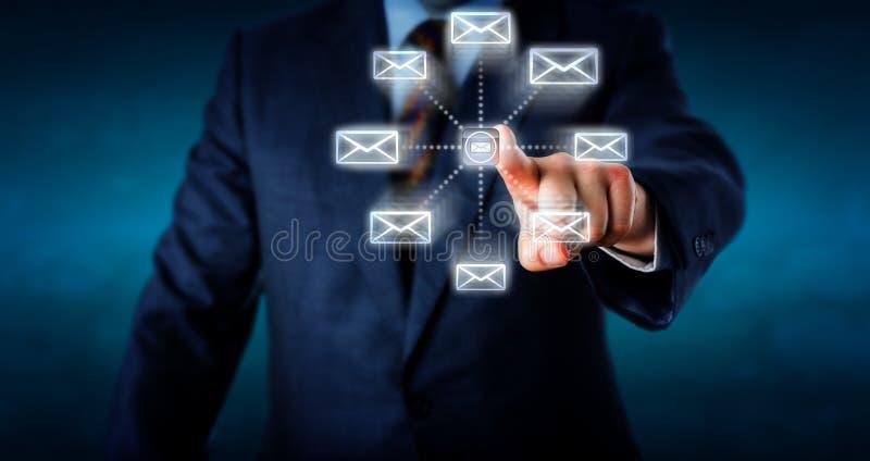 Torso som överför Emails, genom att trycka på en datortangent royaltyfri fotografi