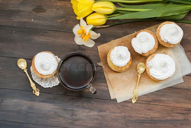 Tort i filiżanka, odgórny widok obraz stock