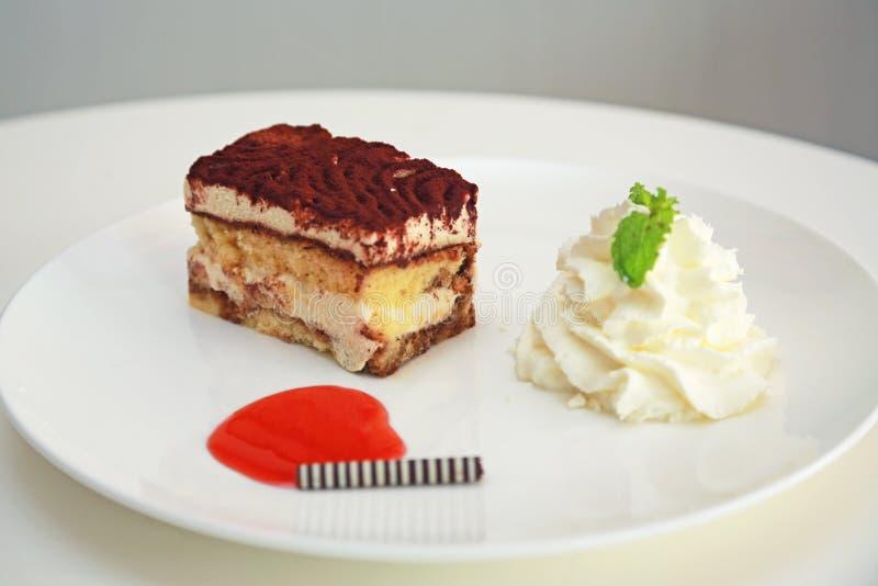 Tort na bielu talerzu zdjęcie royalty free