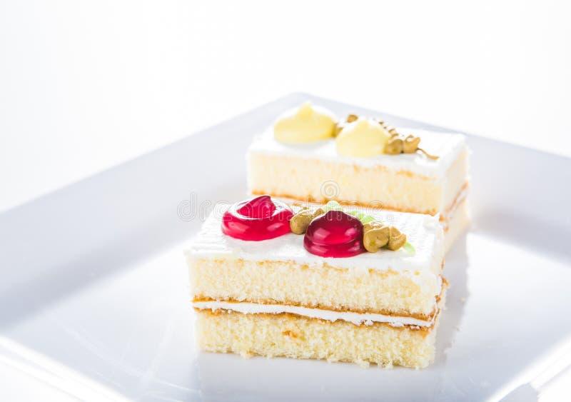 Download Tort Na Bielu Talerzu, Biały Tło Zdjęcie Stock - Obraz złożonej z desery, zmrok: 42525562