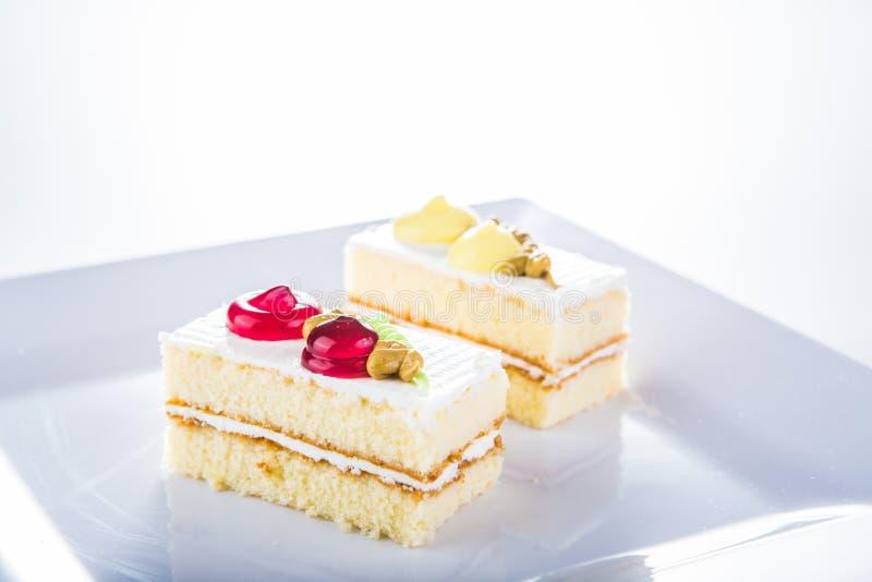 Download Tort Na Bielu Talerzu, Biały Tło Obraz Stock - Obraz złożonej z kuchnia, christmas: 42525615