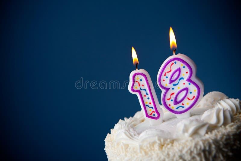 Tort: Urodzinowy tort Z ?wieczkami Dla 18th urodziny obrazy stock
