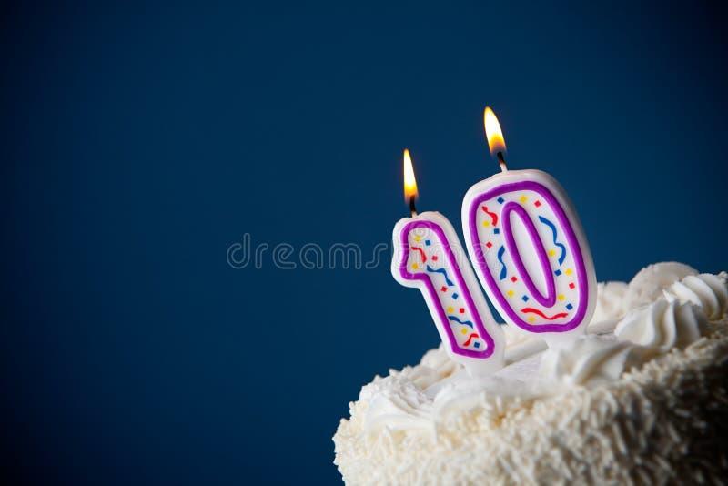 Tort: Urodzinowy tort Z ?wieczkami Dla 10th urodziny obraz stock