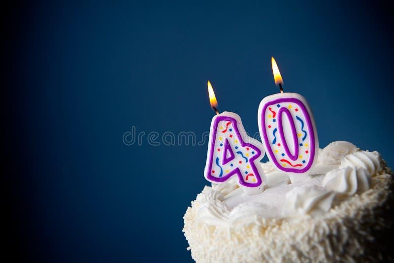 Tort: Urodzinowy tort Z ?wieczkami Dla 40th urodziny fotografia stock