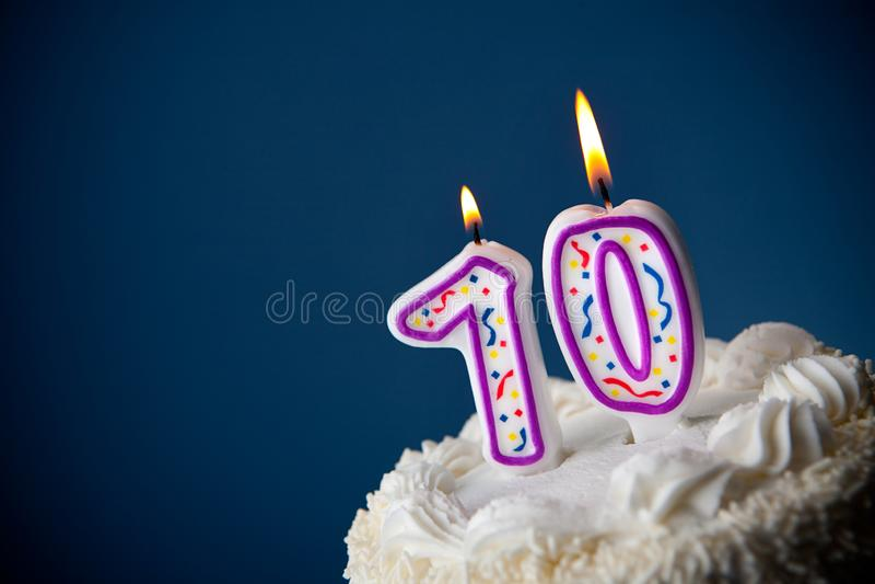 Tort: Urodzinowy tort Z ?wieczkami Dla 70th urodziny obraz stock