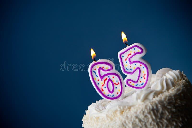 Tort: Urodzinowy tort Z ?wieczkami Dla 65th urodziny obrazy royalty free