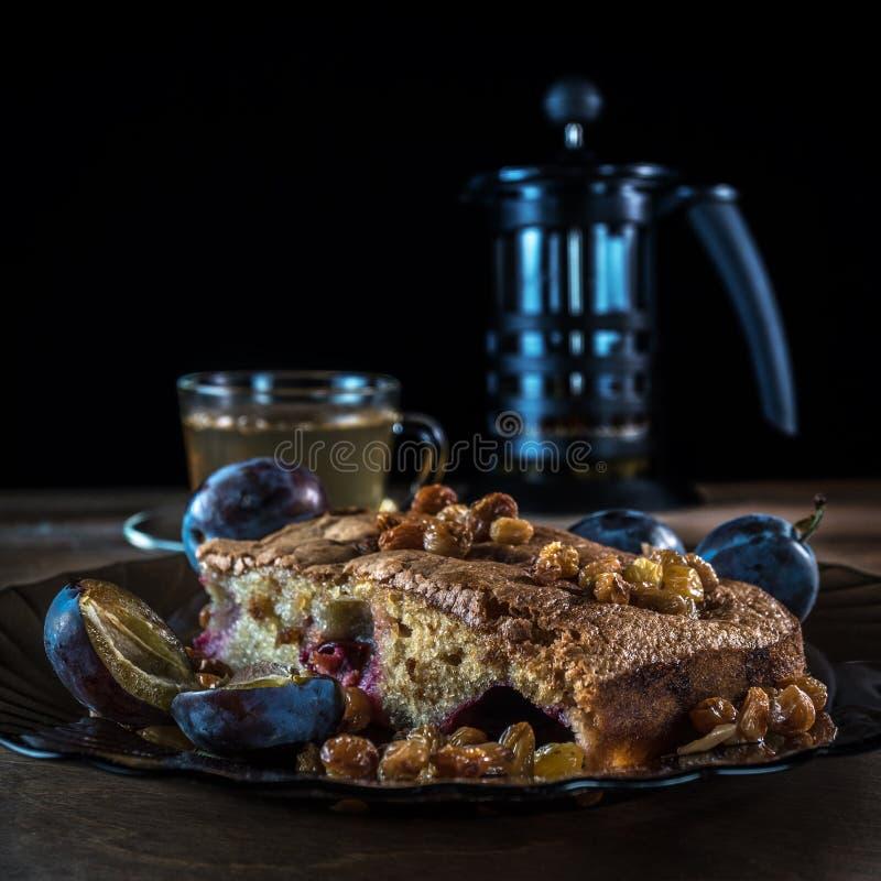 Tort z śliwką i rodzynkami zdjęcie royalty free