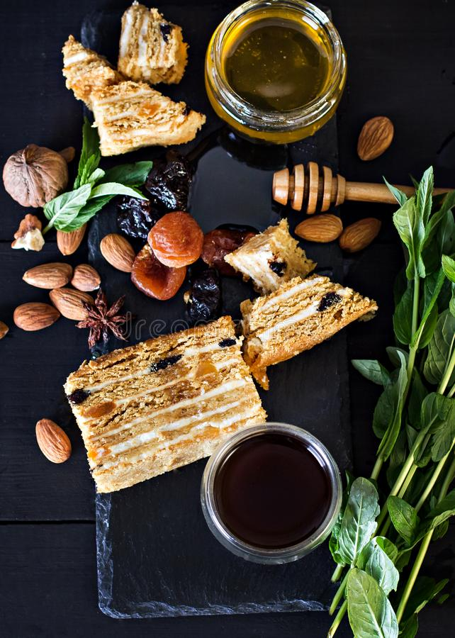 Tort z śmietanką i wysuszonymi owoc Medovik Tort i filiżanka kawa espresso fotografia stock