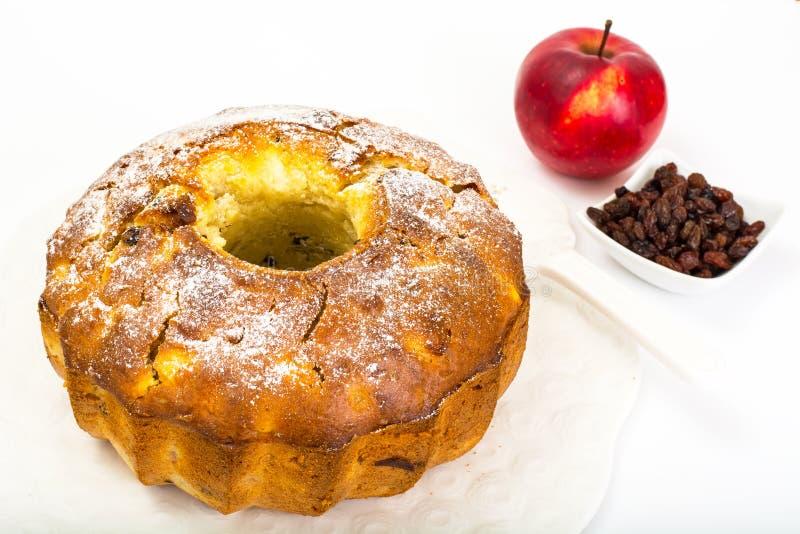 Tort z jabłkami, bonkretami i rodzynkami, obraz stock