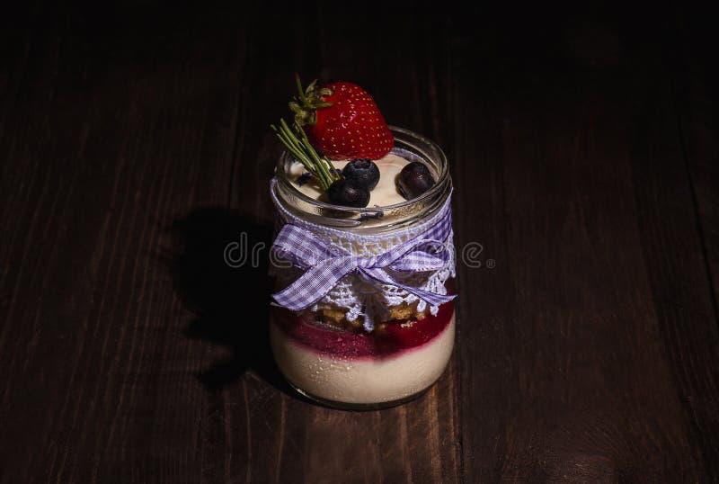 Tort z truskawką i czarną jagodą obraz royalty free